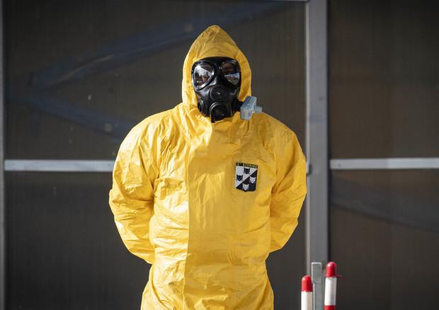 Operatori sanitari che usano precauzioni contro il virus © ANSA