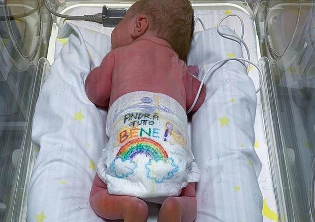 Coronavirus: in ospedale il neonato con pannolino arcobaleno ©