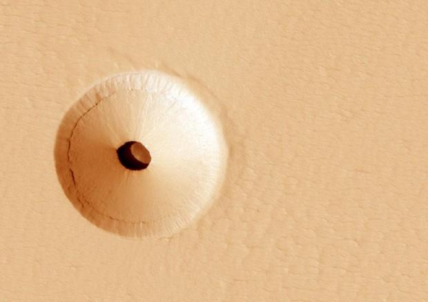Misterioso buco su Marte, forse la bocca di una caverna
