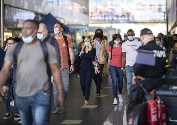 Persone con la mascherina alla stazione Termini in una foto di archivio © ANSA