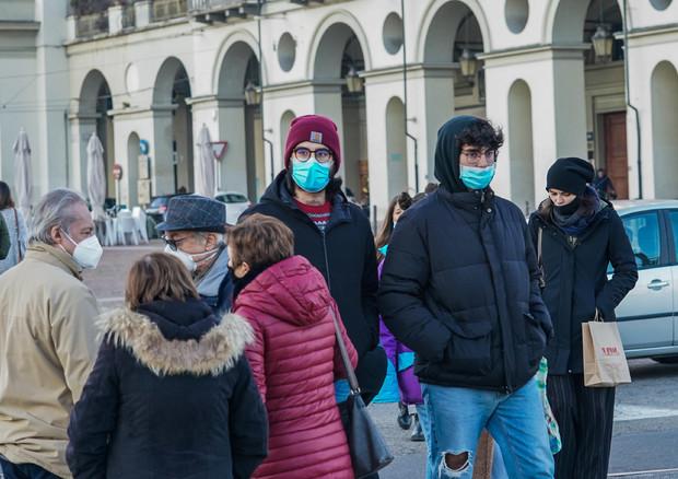 Gente in strada a Torino, archivio © ANSA