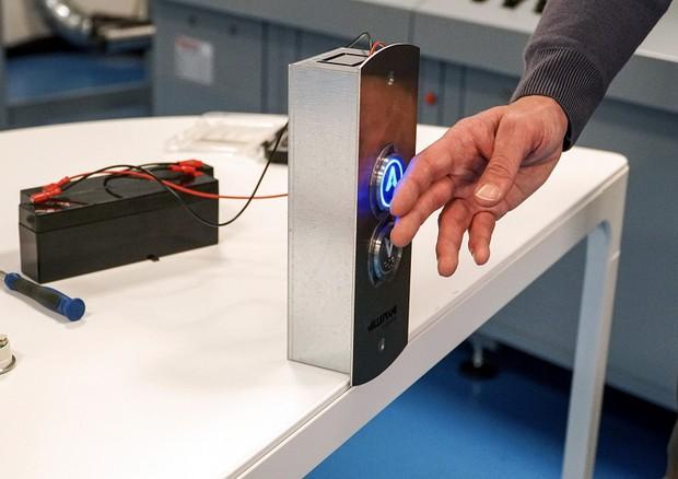 La pulsantiera touchless sperimentata in laboratorio (fonte: Ribes Tech, IIT) © Ansa