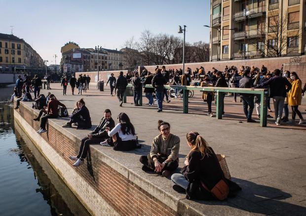 Milano, folla alla Darsena. 7 marzo 2021 © ANSA