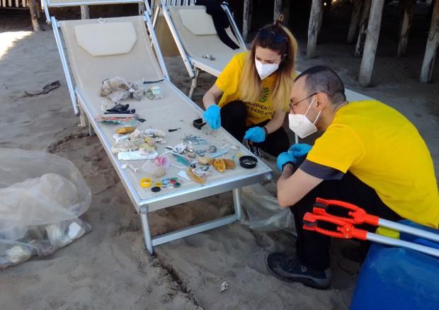 Legambiente, ogni 100 metri spiaggia 783 rifiuti, 84% plastica thumbnail
