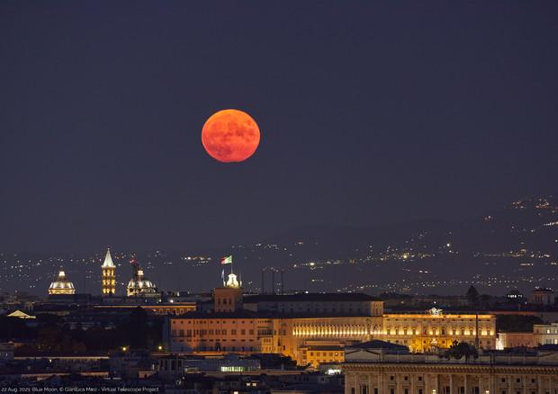 La Luna Blu dell'estate 2021 nel cielo di Roma (fonte: Gianluca Masi, The Virtual Telescope Project) © Ansa