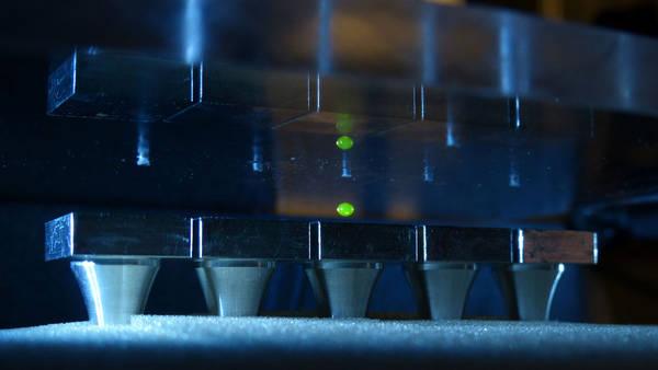Levitazione acustica di una goccia di liquido (fonte:  Dimos Poulikakos)