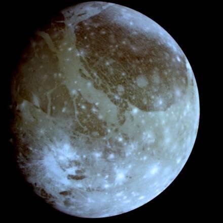 Ganimede, la più grande luna di Giove e del Sistema Solare, nasconde strati di oceani e ghiacci