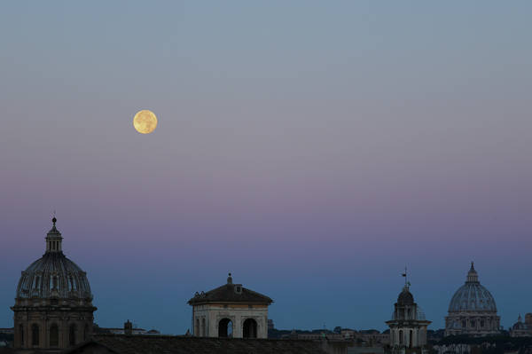 La Superluna fotografata all'alba del 15 novembrel L'ombra della Terra è la fascia più scura e più bassa (fonte: Gianluca Masi, The Virtual Telescope Project 2.0)