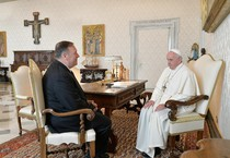 Mike Pompeo e papa Francesco in una foto d'archivio (ANSA)