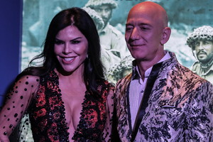 Amazon Founder and CEO Jeff Bezos con la sua partner la giornalista americana Lauren Sanchez (ANSA)