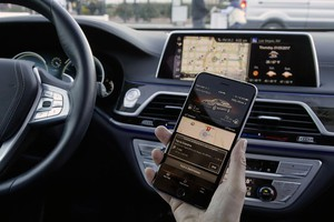 Display touch in auto come smartphone pericolose distrazioni (ANSA)