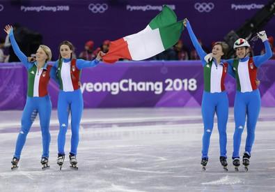 La staffetta italiana festeggia l'argento (ANSA)