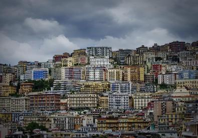 Panoramica di palazzi e case a Napoli (ANSA)