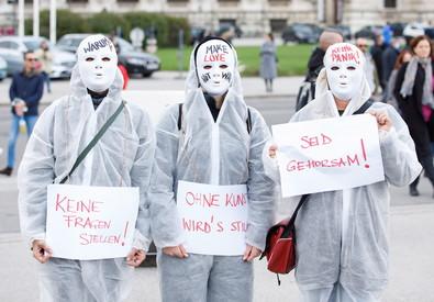 Dimostranti protestano a Vienna contro le misure del governo per arginare l'epidemia (ANSA)