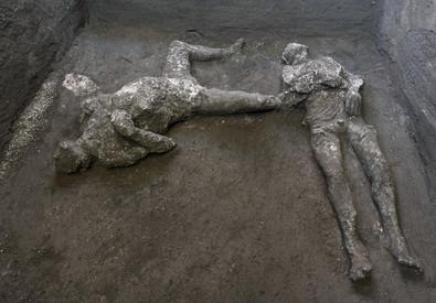Ecco i calchi in gesso in situ dei due corpi ritrovati. Foto di Luigi Spina Parco archeologico Pompei (ANSA)