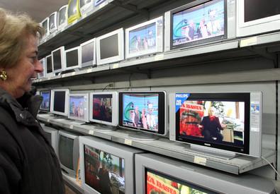 Alla scelta di un nuovo televisore (ANSA)