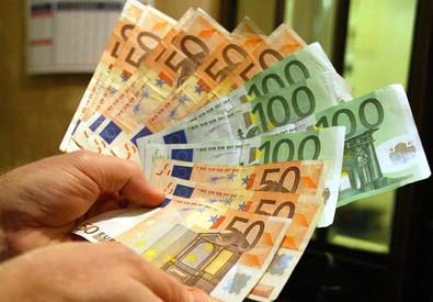 Un'immagine di archivio di banconote di cinquanta e cento euro (ANSA)