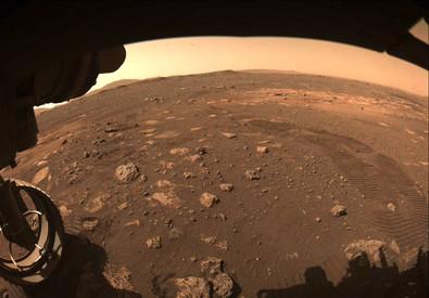 L'immagine con le impronte di Perseverance dopo i primi metri percorsi sul suolo marziano (fonte: NASA/JPL-Caltech) (ANSA)