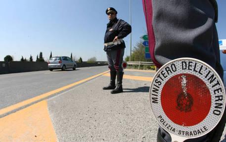 Adolescente a piedi su A1 per raggiungere Milano da Roma - Lazio