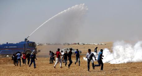 La repressione della polizia turca sulle manifestazioni curde pro-Kobane (foto: EPA)