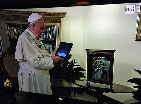 Papa Francesco accende l'albero più grande del mondo a Gubbio via Tablet dal suo studio in Vaticano (Fermo immagine da Raiuno Domenica In) © Ansa