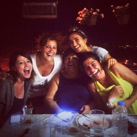 Turchia, donne sorridenti su Twitter contro vicepremier islamico che dice 'ridere in pubblico è peccaminoso' (foto: Ansa)