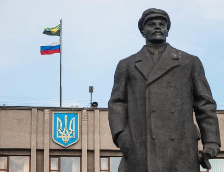 "Russia: statua Lenin lasciata ""in slip"" - Europa - ANSA.it"