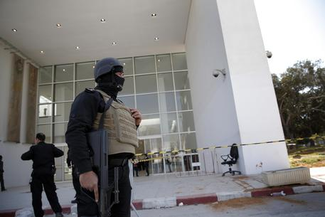 Police at the entrance of the Bardo museum (foto: AP)