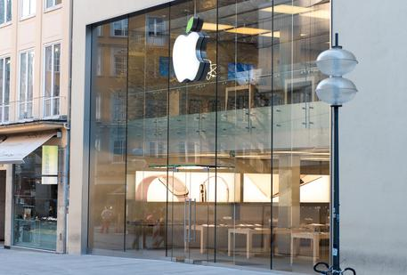 Earth Day, il logo degli Apple Store si tinge di verde © ANSA