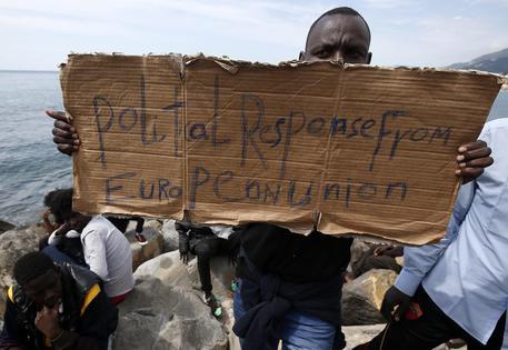 Protesta sugli scogli a Ventimiglia (foto Sebastien Nogier) © EPA