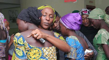 In una foto del 2016 la moglie del vicepresidente della Nigeria consola una ragazza rilasciata dopo un rapimento © ANSA