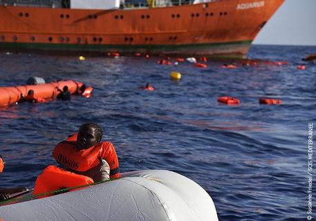 Migranti: soccorritore, è stato come navigare tra cadaveri thumbnail