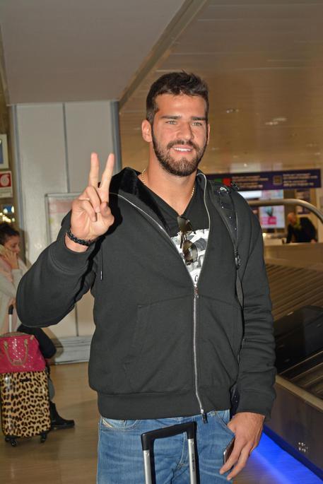 Arrivato a Roma il portiere brasiliano Alisson Becker - Calcio ...
