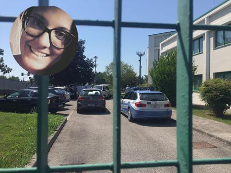 Una combo con Nadia Orlando e il cortile della caserma della Polizia dove si era presentato Francesco Mazzega confessando di aver ucciso la ragazza © ANSA