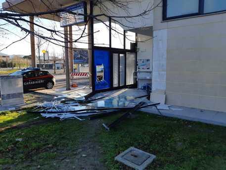 Sradicano un bancomat a Pisa ma è senza soldi
