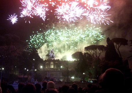 Fuochi artificiali per Capodanno dalla terrazza del Pincio a Roma © ANSA