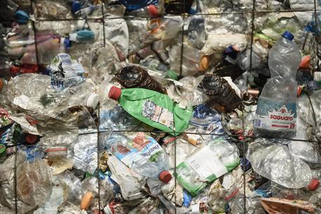 Poltrona Bottiglie Di Plastica.Usa Stretta Ny Su Bottiglie Di Plastica Nord America Ansa