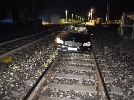 Ubriaco lascia l'auto sui binari, tragedia sfiorata