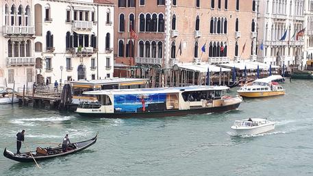 Un vaporetto sul Canal Grande © Ansa