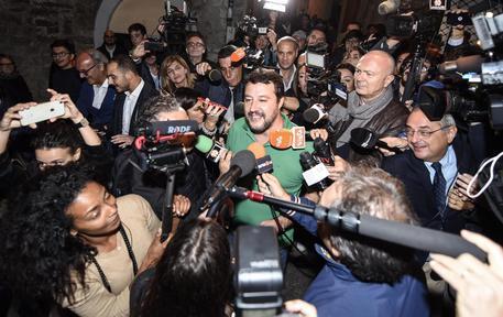 Il leader della Lega Matteo Salvini parla con i giornalisti a Perugia dopo i primi exit poll, 27 ottobre 2019 © ANSA