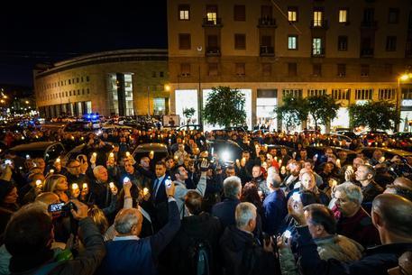 Sparatoria Questura:fiaccolata a Napoli, applauso per agenti © ANSA