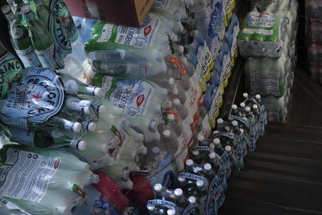 Alcuni prodotti confezionati con plastica esposti in un negozio © ANSA