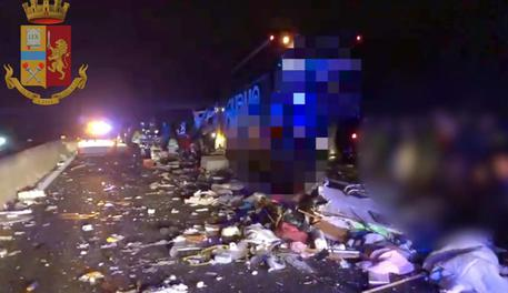 Un fermo immagine tratto da un video della polizia stradale mostra l'incidente avvenuto la scorsa notte sulla A13 © ANSA