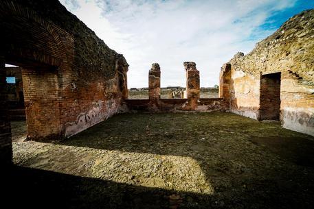 A Pompei sale sul tetto delle Terme per scattare foto