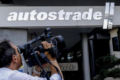 Giornalisti davanti alla sede di ''Autostrade per l'Italia''  (archivio) © ANSA