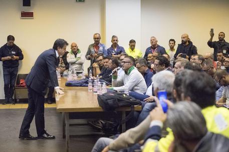 Giuseppe Conte durante l'assemblea con i lavoratori a Taranto © ANSA