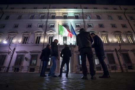 Giornalisti attendono fuori palazzo Chigi il vertice di Governo © ANSA