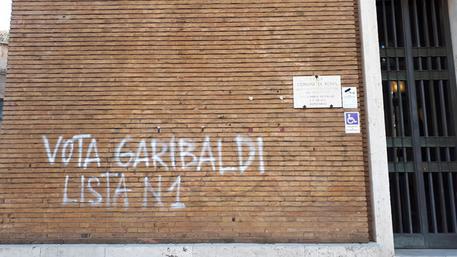 Scritta 'Vota Garibaldi' su palazzo Comune