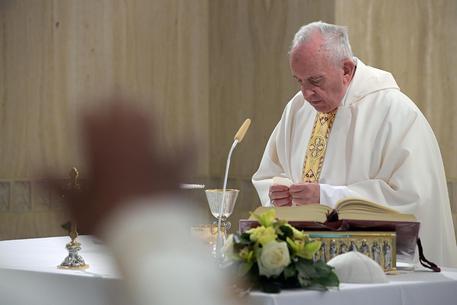 Papa Francesco durante una messa a Santa Marta © ANSA