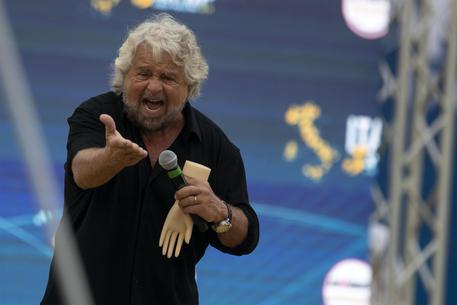 Grillo torna in campo: 'Mi elevo a salvare l'Italia da nuovi barbari'